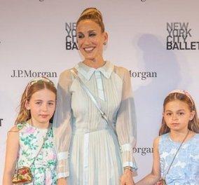Η Σάρα Τζέσικα Πάρκερ απίθανα ντυμένη με τις εξίσου κομψές κορούλες της γιορτάζουν την ημέρα της μητέρας  - Κυρίως Φωτογραφία - Gallery - Video