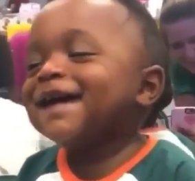 Αυτός ο υπέροχος πιτσιρικάς θα σας φτιάξει τη διάθεση: Τον παίρνει ο ύπνος αλλά συνεχίζει να γελά! (βίντεο) - Κυρίως Φωτογραφία - Gallery - Video