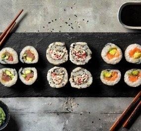 Ο Άκης Πετρετζίκης μας ενθουσιάζει: Ετοιμάζει σπιτικό σούσι με απίστευτη συνταγή! (βίντεο) - Κυρίως Φωτογραφία - Gallery - Video