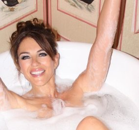 Elizabeth Hurley - Τίποτε, τίποτε δεν την σταματά: Τραγουδάει στο μπάνιο, γυμνή, όμορφη στα 55 & ανέμελη (φωτό) - Κυρίως Φωτογραφία - Gallery - Video