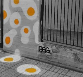 Ζωγραφισμένα τηγανητά αυγά στους δρόμους της Θεσσαλονίκη - Στέλνουν «μήνυμα» σε όσους περπατούν σκυμμένοι στην οθόνη του κινητού τους - Κυρίως Φωτογραφία - Gallery - Video