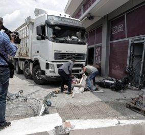 Τραγωδία στην Πειραιώς: Oδηγός φορτηγού έπαθε έμφραγμα, έπεσε σε βιτρίνα καταστήματος & πέθανε – Όλες οι φωτό   - Κυρίως Φωτογραφία - Gallery - Video