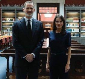 Βασίλισσα της Ισπανίας: Εμφάνιση total navy blue outfit – Καμπάνα παντελόνι, ψηλά τακούνια & ασορτί top (Φωτό) - Κυρίως Φωτογραφία - Gallery - Video