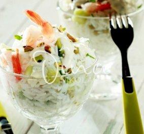 Η Ντίνα Νικολάου μας ετοιμάζει δροσερή ρυζοσαλάτα με αρακά, γαρίδες & σάλτσα γιαουρτιού με κάρι - Κυρίως Φωτογραφία - Gallery - Video