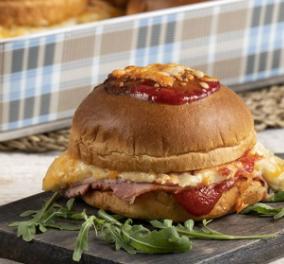 Ο Άκης Πετρετζίκης μας φτιάχνει ακαταμάχητο burger croque monsieur - Κυρίως Φωτογραφία - Gallery - Video