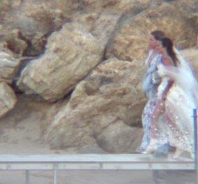 Γάμος Εριέττας Κούρκουλου στη Μύκονο: Το νυφικό του Βρεττού Βρεττάκου & η σιέλ ολόσωμη φόρμα της Μαριάννας Λάτση (βίντεο) - Κυρίως Φωτογραφία - Gallery - Video