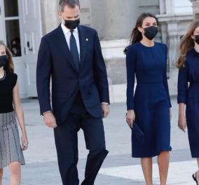 Ο Βασιλιάς & η Βασίλισσα της Ισπανίας με τις πριγκίπισσες Λεονόρ & Σόφια σε εκδήλωση στην μνήμη των θυμάτων του Κορωνοϊού – Το αυστηρό μπλε της Λετίσια & οι 12ποντες γόβες - Κυρίως Φωτογραφία - Gallery - Video
