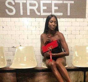 Η Ναόμι Κάμπελ γυμνή στο μετρό με αξεσουάρ μια τσάντα Valentino (φωτό) - Κυρίως Φωτογραφία - Gallery - Video