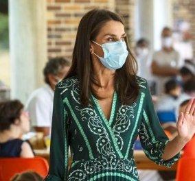 Η Βασίλισσα της Ισπανίας Λετίσια δεν σταματά να μας εκπλήσσει με το styling της: Πράσινο εφαρμοστό φουστάνι με έντονο dessin, εσπαντρίγιες & μάσκα (φωτό - βίντεο) - Κυρίως Φωτογραφία - Gallery - Video