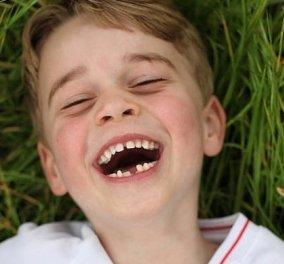 7 χρονών γίνεται σήμερα ο πρίγκιπας George - Οι νέες φωτογραφίες που τράβηξε για τα γενέθλιά του η μαμά του, πριγκίπισσα Kate - Κυρίως Φωτογραφία - Gallery - Video