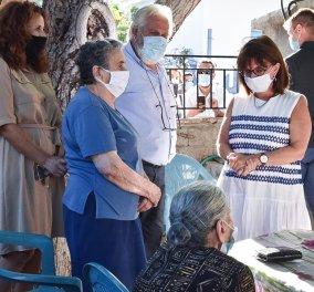 Η πρόεδρος Κατερίνα Σακελλαροπούλου με τις δύο γιαγιάδες που έγιναν παγκόσμιο σύμβολο ανθρωπιάς, όταν έδωσαν μπιμπερό σε προσφυγόπουλο (φωτό) - Κυρίως Φωτογραφία - Gallery - Video