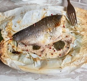 Μια παραδοσιακή συνταγή από τον Άκη Πετρετζίκη: Λαβράκι στη λαδόκολλα - Κυρίως Φωτογραφία - Gallery - Video