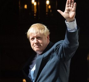 Boris Johnson: Διακοπές στη Σκωτία με την οικογένεια για τον Βρετανό Πρωθυπουργό - Με το μωρό στον μάρσιπο & τον σκύλο αγκαλιά (φωτό) - Κυρίως Φωτογραφία - Gallery - Video