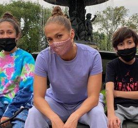 Μασκοφόρος η Τζένιφερ Λόπεζ: Η παγιετέ λεπτομέρεια & μάσκες κατά του κορωνοϊού για τον αγαπημένο της & τα παιδιά τους (Φωτό)  - Κυρίως Φωτογραφία - Gallery - Video