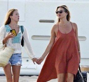 Η 46χρονη Kate Moss κάνει διακοπές σε σκάφος με τον 33χρονο σύντροφό της – Μαζί της & η 17χρονη κόρη της Lila-Grace (Φωτό)  - Κυρίως Φωτογραφία - Gallery - Video