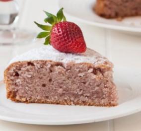 Ο Στέλιος Παρλιάρος μας φτιάχνει το πιο λαχταριστό κέικ φράουλας - Θα σας ξετρελάνει - Κυρίως Φωτογραφία - Gallery - Video