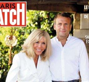 Εξώφυλλο στο Paris Match από τις διακοπές τους ο Emmanuel & η Brigitte Macron: Τρυφερά από τη μέση κρατά την υπέρκομψη 67χρονη σύζυγό του ο Γάλλος Πρόεδρος (φωτό)  - Κυρίως Φωτογραφία - Gallery - Video