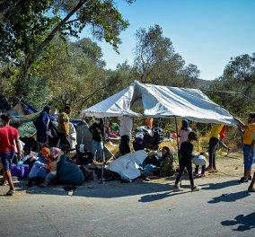 Καρε καρέ οι εικόνες ντροπής από τη Μόρια: Στο δρόμο κοιμούνται χιλιάδες μετανάστες (φωτό - βίντεο) - Κυρίως Φωτογραφία - Gallery - Video