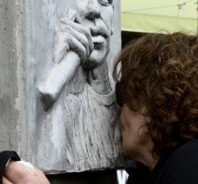 Καρέ καρέ η συγκινητική στιγμή που η μάνα του Παύλου Φύσσα φιλάει & χαϊδεύει τη μαρμάρινη προτομή του γιου της - Δολοφονήθηκε το 2013 από Χρυσαυγίτες (Φωτό)  - Κυρίως Φωτογραφία - Gallery - Video