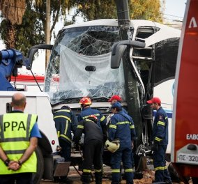 Καρέ καρέ ο απεγκλωβισμός του οδηγού ενός λεωφορείου στον Πειραιά- Έπεσε σε κολώνα & δεν μπορούσε να βγει (φωτό)  - Κυρίως Φωτογραφία - Gallery - Video