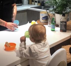Βίντεο: Bartender μπαμπάς σερβίρει στον γιο του το… γάλα του! - Κάνει κόλπα με το μπουκάλι & έχει απέναντί του τον πιο απαιτητικό πελάτη  - Κυρίως Φωτογραφία - Gallery - Video
