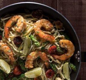 Άκης Πετρετζίκης: Λιγκουίνι με γαρίδες, λάιμ και σπαράγγια - Το απόλυτο φαγητό - Κυρίως Φωτογραφία - Gallery - Video