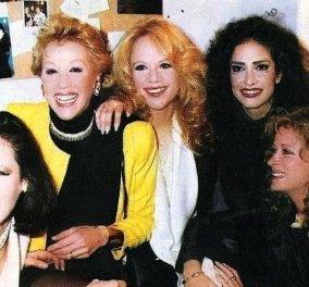 Vintage φωτό: Η Αλίκη Βουγιουκλάκη 30 χρόνια πριν με τις φίλες της Λάσκαρη, Βαλσάμη, Δανδουλάκη στο καμαρίνι της Άννας Βίσση (Φωτό)  - Κυρίως Φωτογραφία - Gallery - Video