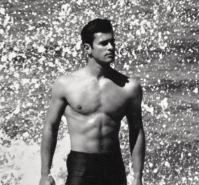 Νίκος Παπαδάκης: Ο Έλληνας Θεός σε σπάνιες φωτογραφίες του Χρήστου Καρατζόλα - Η black 'n white ανδρική ομορφιά στην παραλία - Κυρίως Φωτογραφία - Gallery - Video