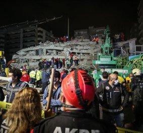 Σμύρνη: Η στιγμή που απεγκλωβίζουν ζωντανά δύο παιδιά από τα συντρίμμια ενός κτιρίου που κατέστρεψε ο σεισμός (Φωτό & Βίντεο)  - Κυρίως Φωτογραφία - Gallery - Video
