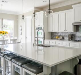 Σπύρος Σούλης: Πώς θα κάνετε τον νεροχύτη σας να λάμψει με ένα υλικό που όλοι έχετε στο ντουλάπι της κουζίνας - Κυρίως Φωτογραφία - Gallery - Video