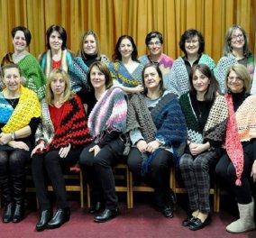 Top women οι 20 γυναίκες από το Ωραιόκαστρο που πλέκουν για τους πληγέντες της Καρδίτσας – Οι σκούφοι & οι εσάρπες που θα φορέσουμε (Φωτό) - Κυρίως Φωτογραφία - Gallery - Video