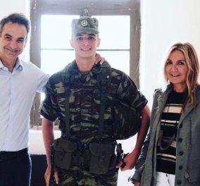 Κυριάκος & Μαρέβα Μητσοτάκη: Περήφανοι γονείς με τον φαντάρο Κωνσταντίνο στον Έβρο – Η νέα οικογενειακή φωτογραφία  - Κυρίως Φωτογραφία - Gallery - Video