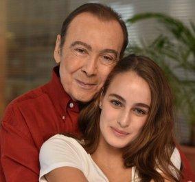 Τόλης Βοσκόπουλος: «Έρχεται η Μαρία μου απόψε» - Ο θαυμασμός για την κόρη του που παίζει στο νέο σήριαλ της ΕΡΤ (Φωτό)  - Κυρίως Φωτογραφία - Gallery - Video