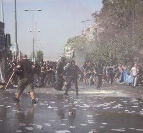 Δίκη Χρυσής Αυγής: Σοβαρά επεισόδια με μολότοφ και πετροπόλεμο – Αστυνομικοί με κουκουλοφόρους - Κυρίως Φωτογραφία - Gallery - Video