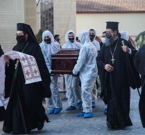 Με μάσκες οι παπάδες συνόδευσαν στην τελευταία του κατοικία τον Μητροπολίτη Λαγκαδά Ιωάννη- Θρήνος στην κηδεία (φωτό- βίντεο) - Κυρίως Φωτογραφία - Gallery - Video