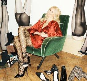 H θρυλική εμφάνιση του supermodel Claudia Schiffer στα 50 της- Το Balmain σύνολο & οι μπεζ λουστρίνι μπότες πάνω από το γόνατο (φωτό) - Κυρίως Φωτογραφία - Gallery - Video