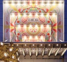 Ο οίκος Dior φωταγώγησε & διακόσμησε χριστουγεννιάτικα όλα τα κλειστά μαγαζιά του σε όλο τον κόσμο – Εκπληκτικοί στολισμοί (Φωτό & Βίντεο)  - Κυρίως Φωτογραφία - Gallery - Video