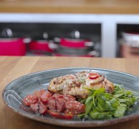 Η Αργυρώ Μπαρμπαρίγου μαγειρεύει φιλέτο κοτόπουλο στο φούρνο με ντοματίνια & γραβιέρα - Εύκολη συνταγή, έτοιμη σε 30' (βίντεο) - Κυρίως Φωτογραφία - Gallery - Video