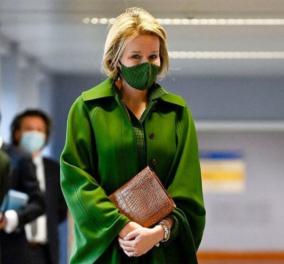 Το πράσινο ton sur ton σύνολο της Βασίλισσας Ματίλντ του Βελγίου  - Η ασορτί μεταξωτή μάσκα & η κασμιρένια κάπα (φωτό) - Κυρίως Φωτογραφία - Gallery - Video