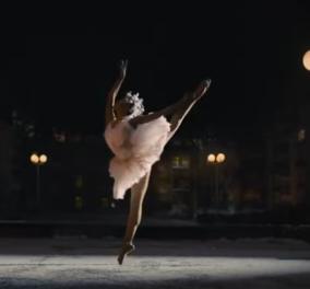 Ζούμε την χρονιά της συγκίνησης: Μας συνεπαίρνει η Xριστουγεννιάτικη διαφήμιση της Amazon - Η μπαλαρίνα & ο... κορωνοϊός (βίντεο) - Κυρίως Φωτογραφία - Gallery - Video