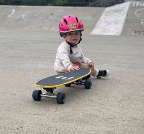 Μόλις 13 μηνών & έγινε πρωταγωνίστρια του Instagram με το skate της - Ρολάρει σαν... μεγάλη (βίντεο) - Κυρίως Φωτογραφία - Gallery - Video