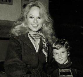 Σπάνια Vintage Pic: Η Αλίκη Βουγιουκλάκη & ο Δημήτρης Παπαμιχαήλ στην Τήνο για να βαφτίσουν το γιο τους - Το τάμα στην Παναγία  - Κυρίως Φωτογραφία - Gallery - Video