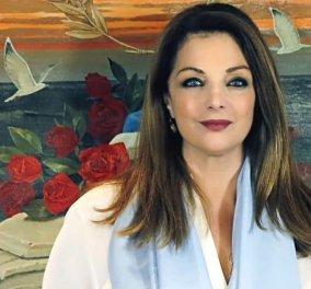 Άντζελα Γκερέκου: «Στολίστε με τα πιο όμορφα στολίδια το δέντρο της ζωής σας» - Η πόζα στο σαλόνι του σπιτιού της (φωτό) - Κυρίως Φωτογραφία - Gallery - Video