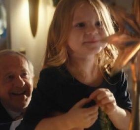 Μια άγνωστη φαρμακευτική εταιρεία γίνεται το απόλυτο χριστουγεννιάτικο viral με τη διαφήμιση της – Όταν ο παππούς παίρνει την εγγονή στα χέρια… (Βίντεο)  - Κυρίως Φωτογραφία - Gallery - Video