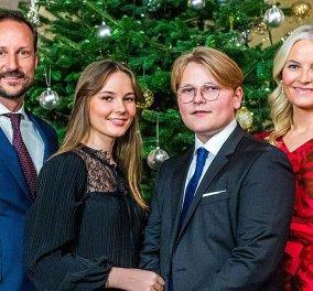 Ο διάδοχος του θρόνου της Νορβηγίας & η οικογένειά του σε χριστουγεννιάτικες ευχές- Με κατακόκκινο φουστάνι η πριγκίπισσα Mette-Marit (φωτό- βίντεο) - Κυρίως Φωτογραφία - Gallery - Video
