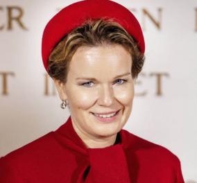 Η βασίλισσα Ματθίλδη σε μία υπέροχη χειμωνιάτικη εμφάνιση - Το καρό παλτό τα κόκκινα δερμάτινα γάντια & η ασορτί μάσκα (φωτό) - Κυρίως Φωτογραφία - Gallery - Video