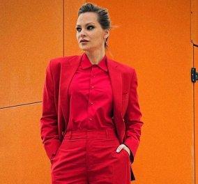 Κομψός «Άι Βασίλης» η Υβόννη Μπόσνιακ – Με κόκκινο ανδρόγυνο outfit & σέξι μποτίνια (Φωτό)   - Κυρίως Φωτογραφία - Gallery - Video