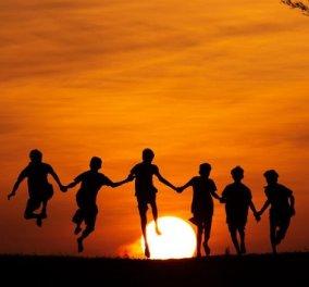 Απίθανα κλικς φωτογράφου: Τραβά ανθρώπους στο ηλιοβασίλεμα - Κατάμαυρες σιλουέτες με φόντο έναν μαγικό, πορτοκαλί ουρανό  - Κυρίως Φωτογραφία - Gallery - Video