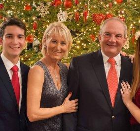 Κώστας Καραμανλής στην οικογενειακή φωτογραφία της Πρωτοχρονιάς: Η Νατάσα & η κόρη του Αλίκη τον κρατούν τρυφερά - Καλλονός ο γιος - Κυρίως Φωτογραφία - Gallery - Video