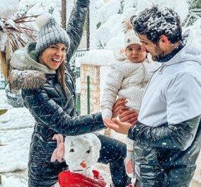 Ελένη Χατζίδου - Ετεοκλής Παύλου: Η κορούλα τους είδε το πρώτο της χιόνι - «Εμείς χαιρόμαστε και η Μελίτα σαστισμένη...» (φωτό) - Κυρίως Φωτογραφία - Gallery - Video